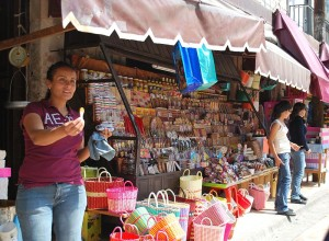 Vendedores de dulces en San Juan de los L. en Wikipedia.