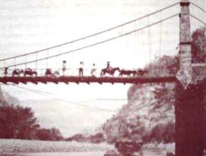 Arrieros pasan por el Puente de Arcediano. De Imágenes Históricas de Guadalajara (Luis Fernández)