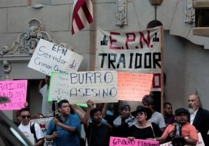 Reciben a Peña Nieto en Los Ángeles, Calif. (fotografía de La Opinión)